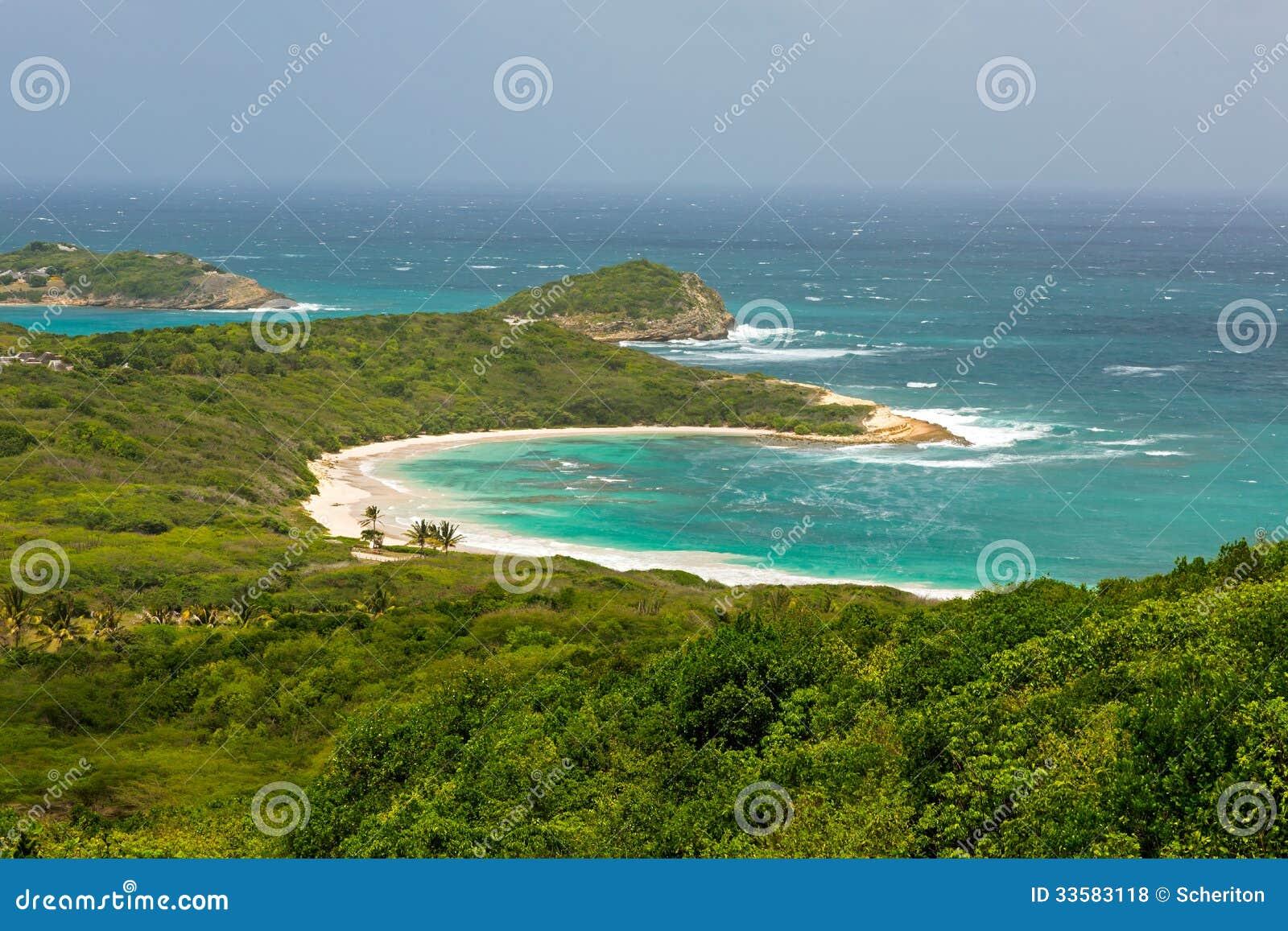 Tropisch Verlaten Strand in de Halve Antigua van de Maanbaai