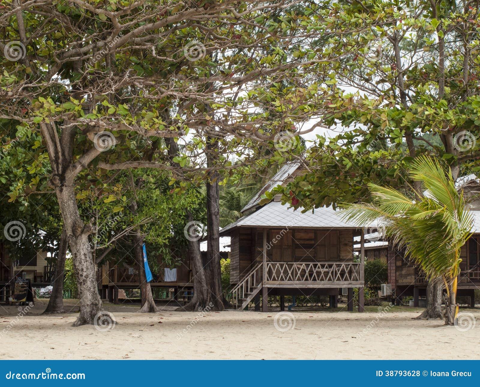 Tropische bungalowwen onder bomen
