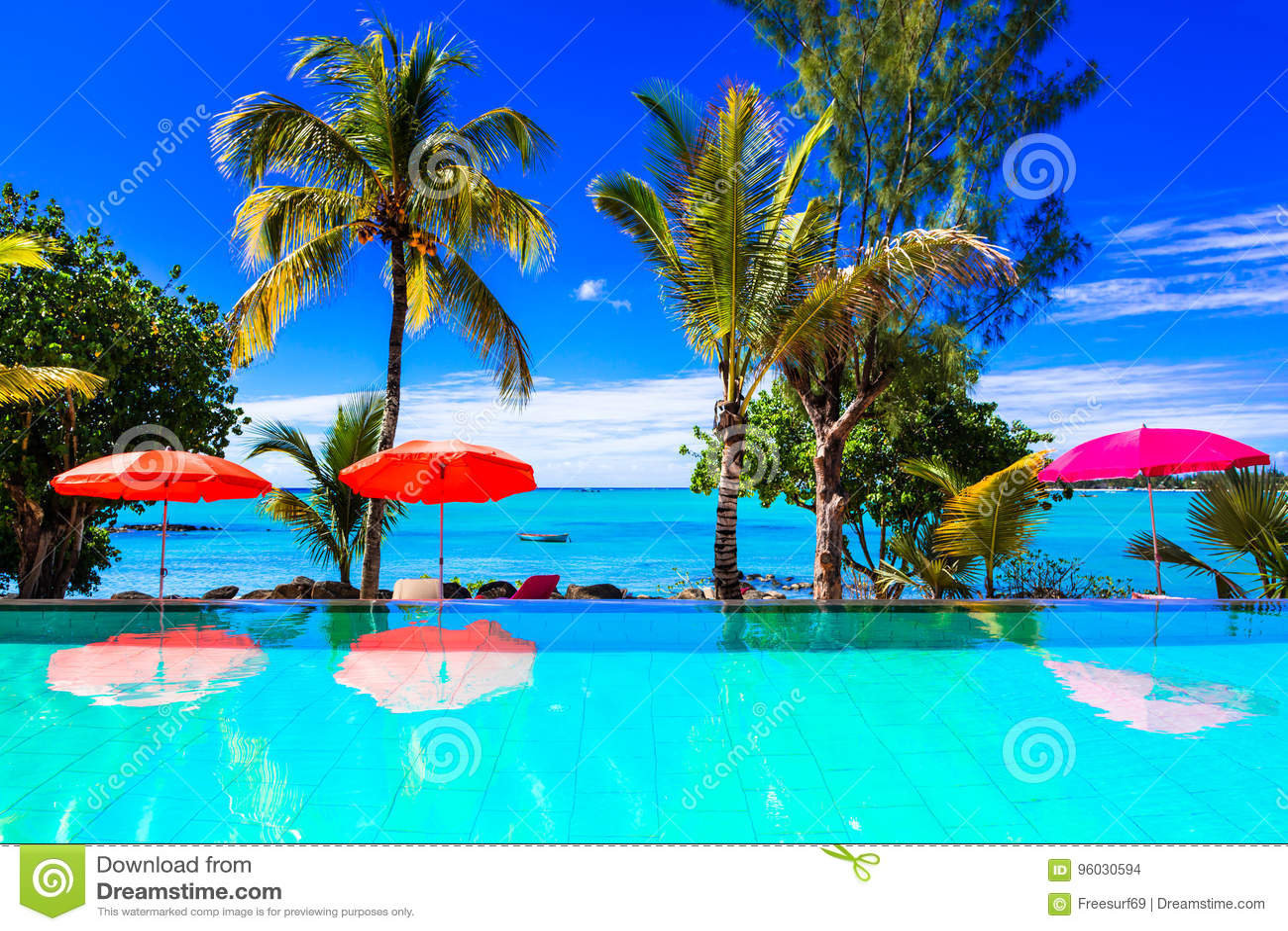 Tropische Ferien - Türkisschwimmenpool mit Seeansicht mauritius