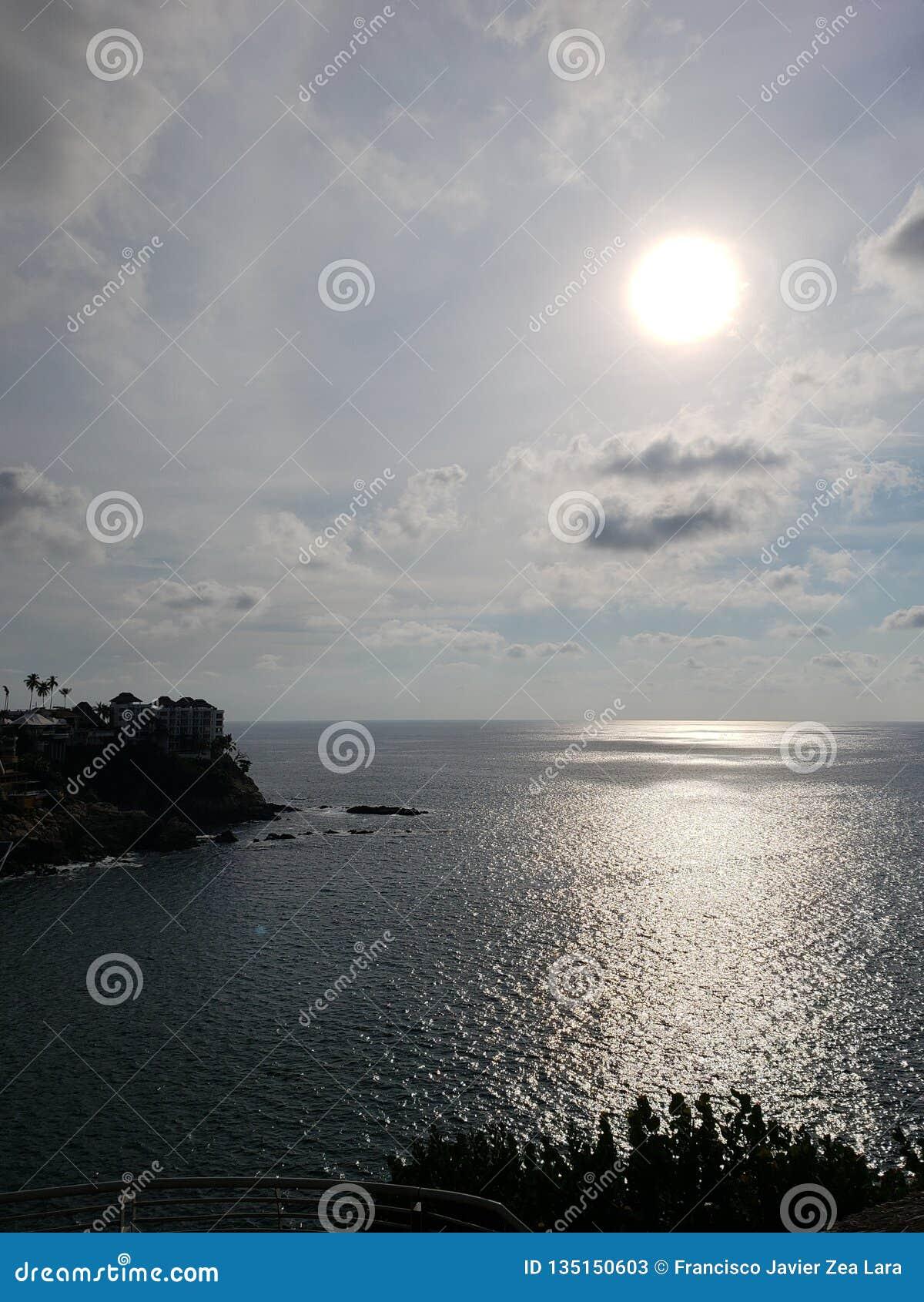Tropische Landschaft mit Reflexion der Sonne im Meer, in der Küstenregion von Acapulco, Mexiko