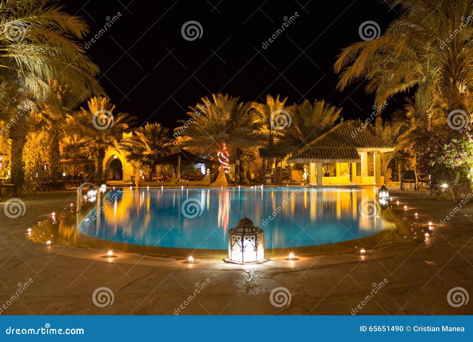 Tropische Pool bij nacht