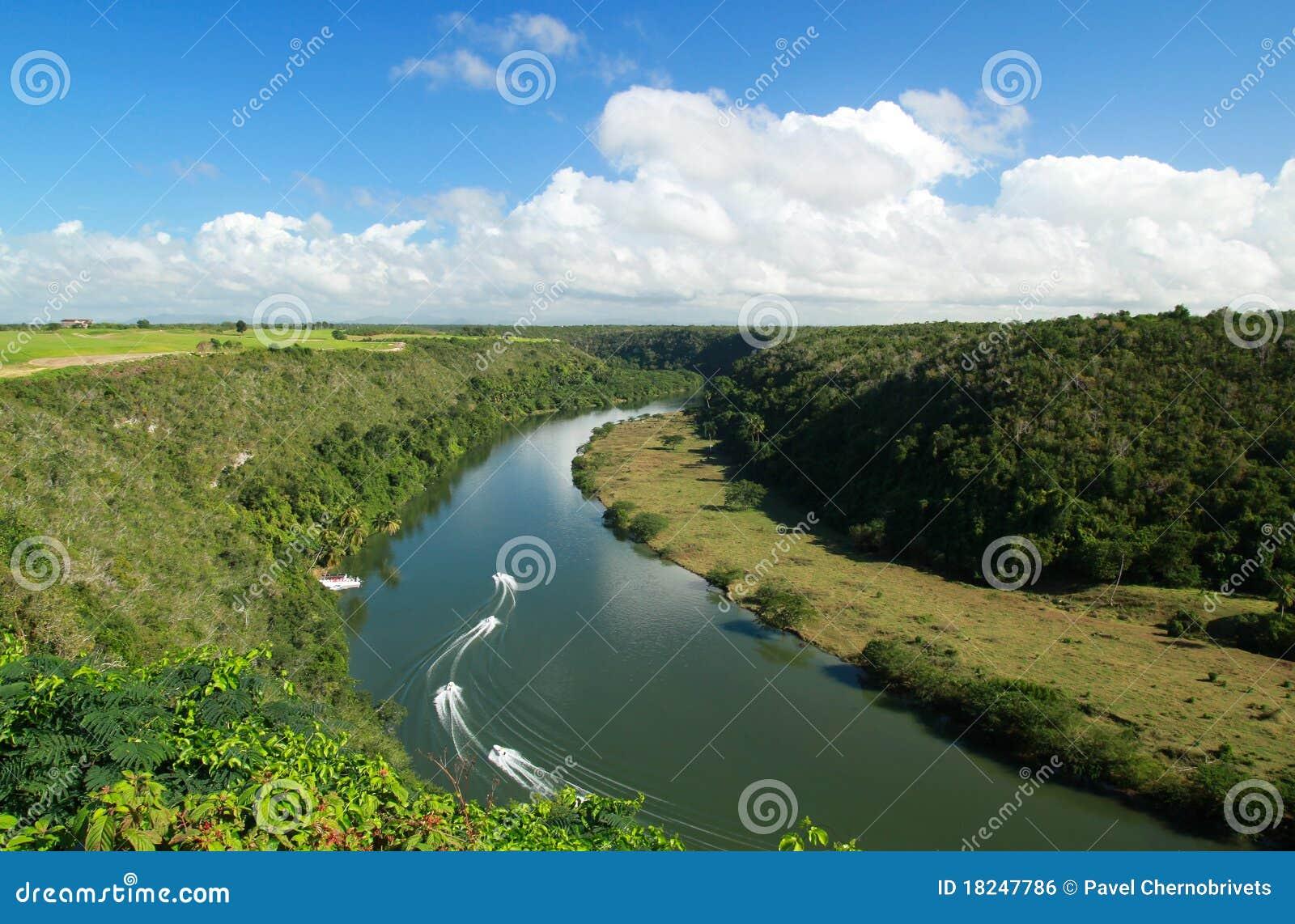 Royalty-vrije stock afbeelding: tropische rivier chavon met boten