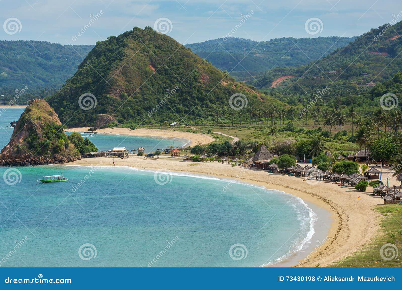 Tropische toevlucht op Kuta-zandstrand, Lombok