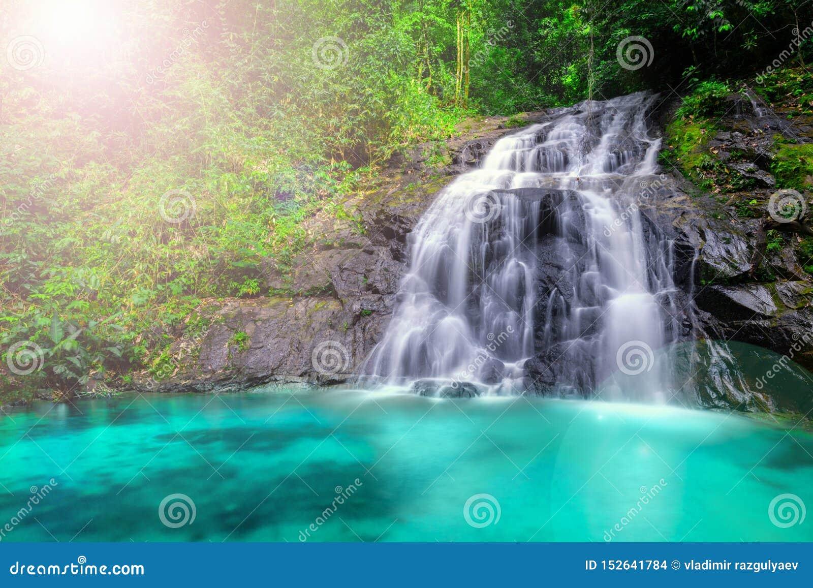 Tropische waterval in het bos en berg, Ton Chong Fa in het Zuiden van khaolak Phangnga van Thailand Horizontaal landschap