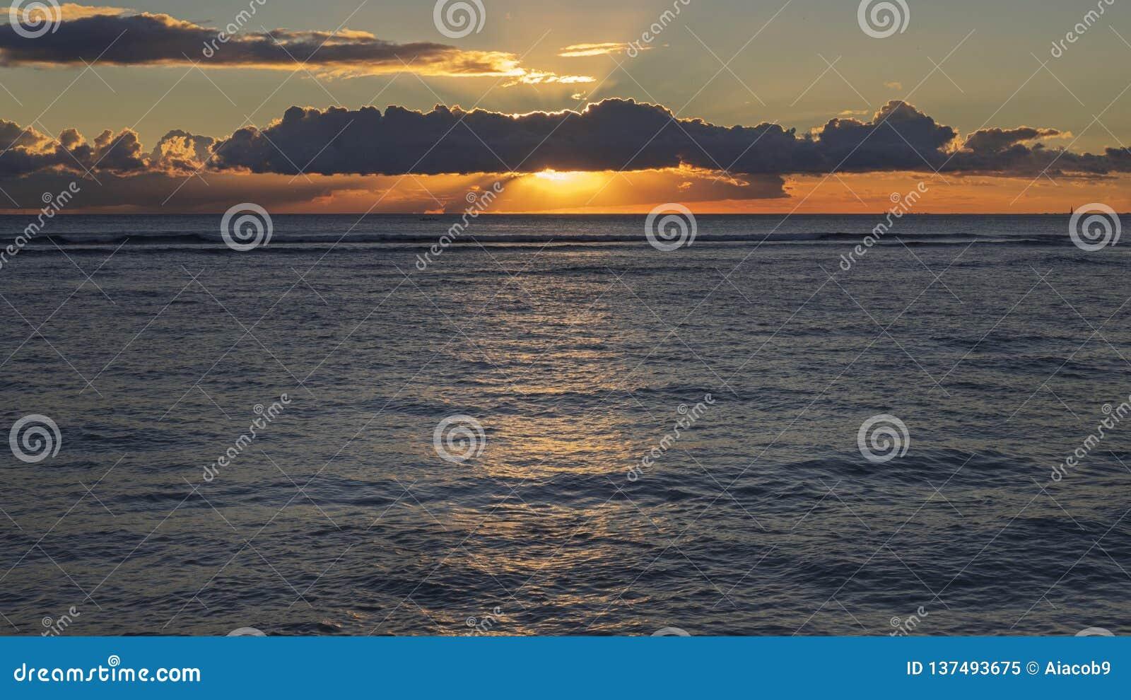 Tropische zonsondergang bij Waikiki-strand, het Eiland van Honolulu, Oahu, Hawaï, de V.S.