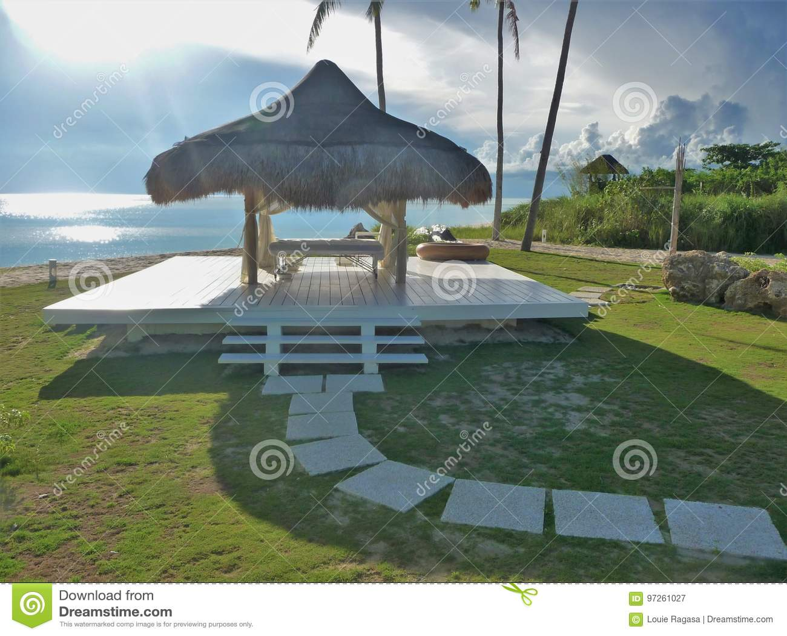 Tropischer Badekurort durch das Meer