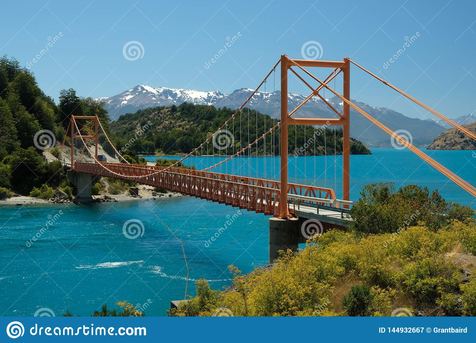Tropischer blauer See General Carrera, Chile mit orange Brücke