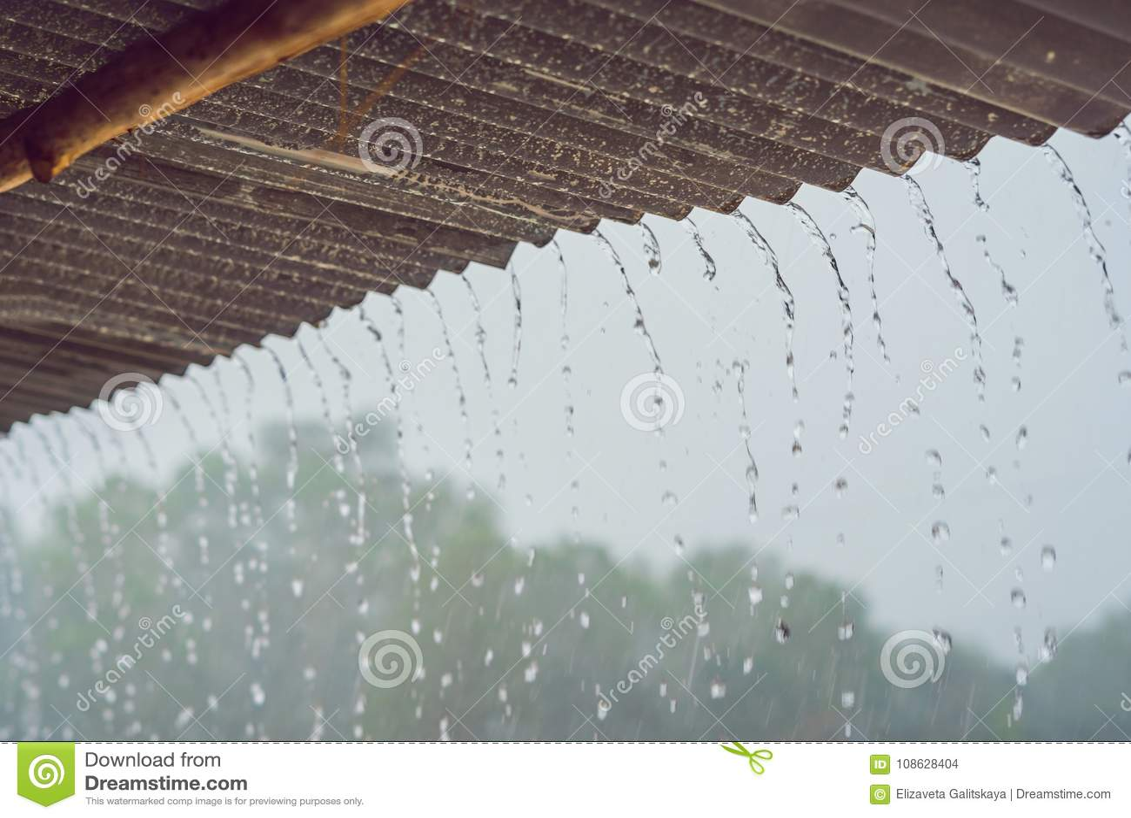 Tropischer Regen gliedert vom Dach auf