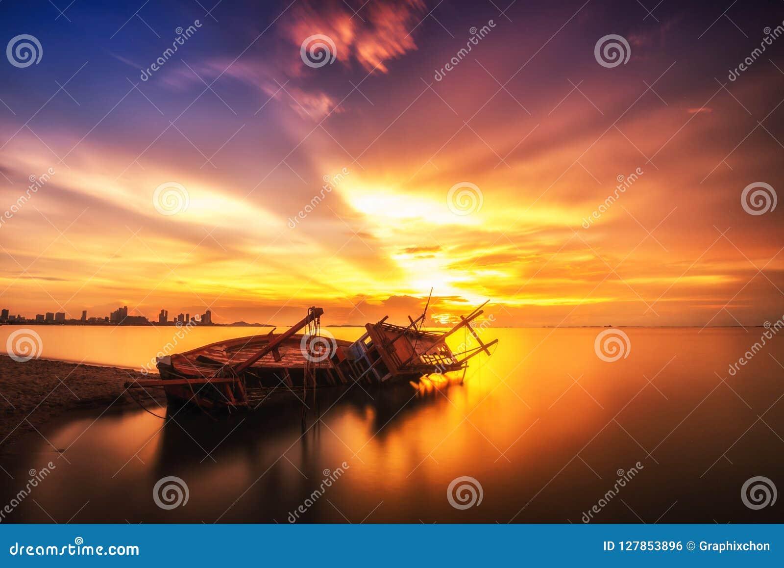 Tropischer Sonnenuntergang auf dem Strand