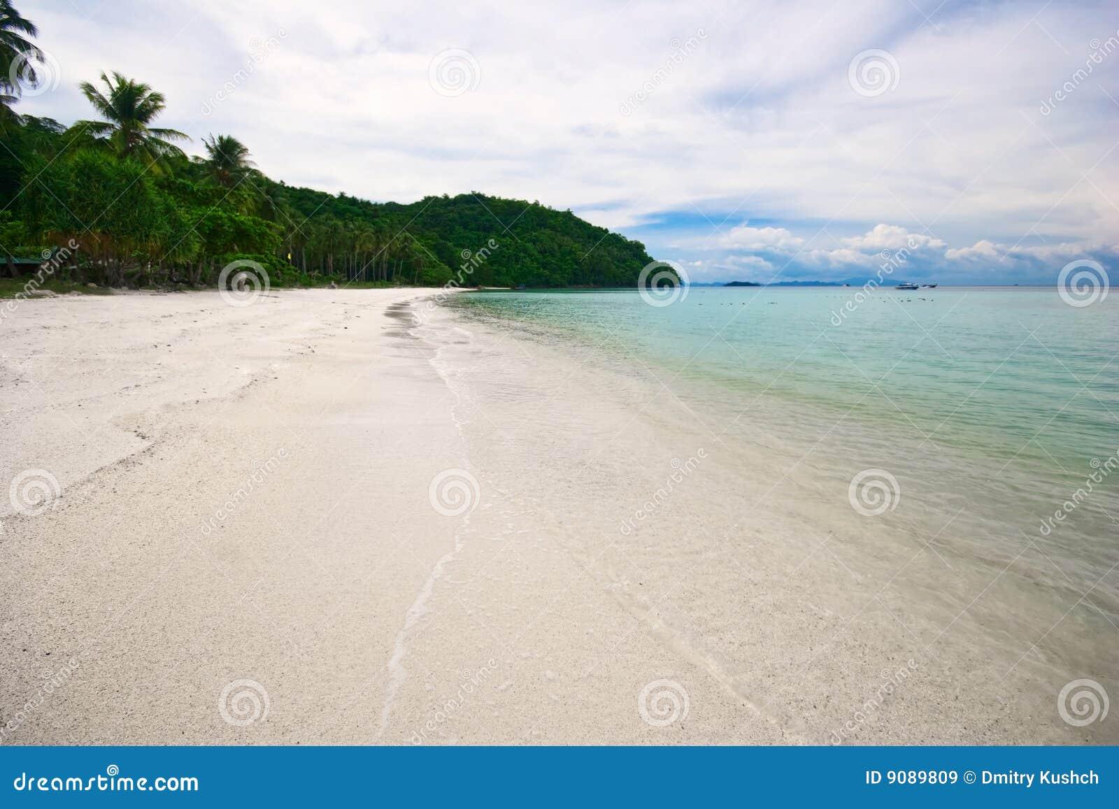 Tropischer Strand des weißen Sandes