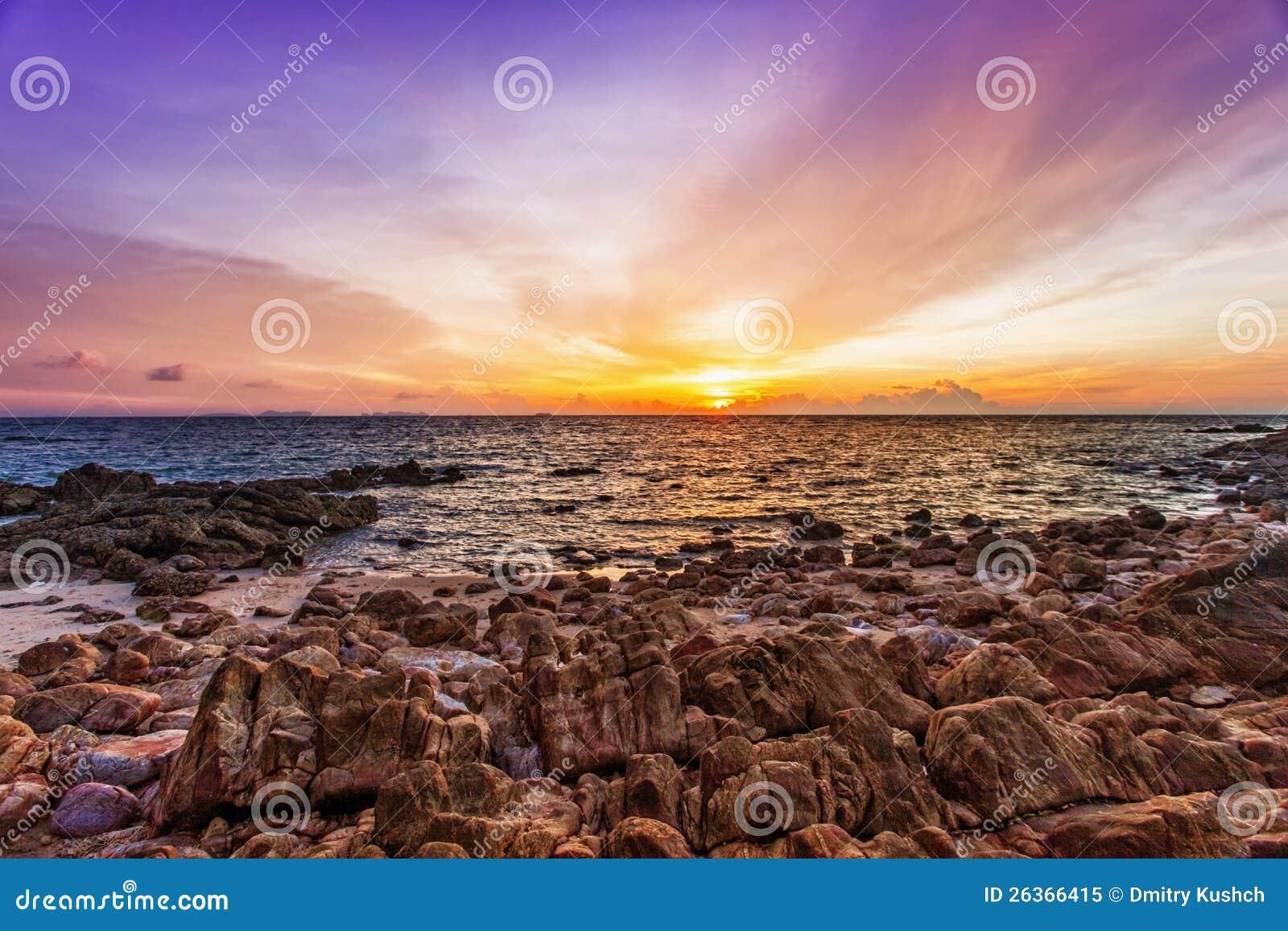 Tropischer Strand am Sonnenuntergang.