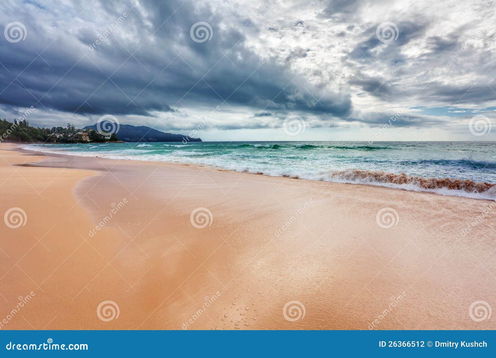 Tropischer Strand unter düsterem Himmel