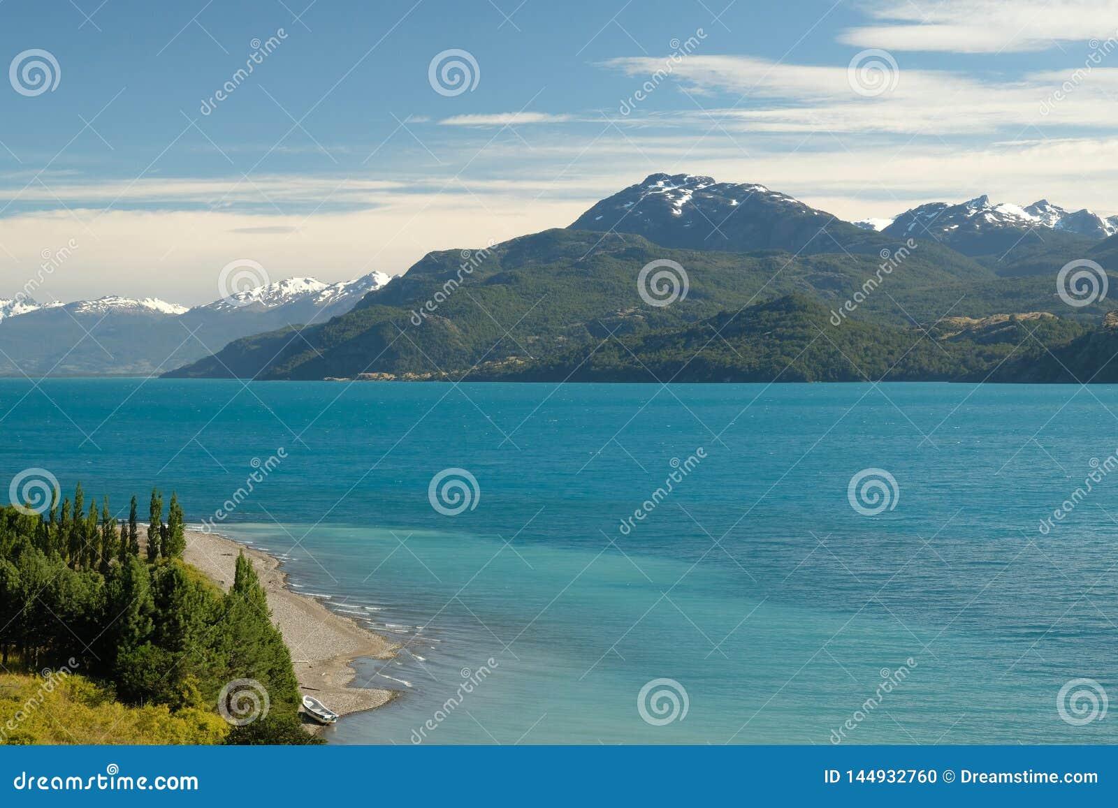 Tropisk blå sjögeneral Carrera, Chile med landskapberg