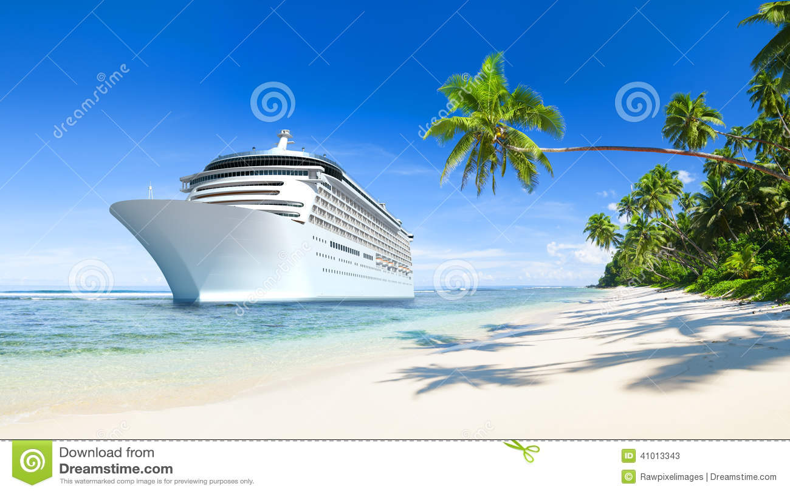 Tropisk härlig strand med kryssningskeppet
