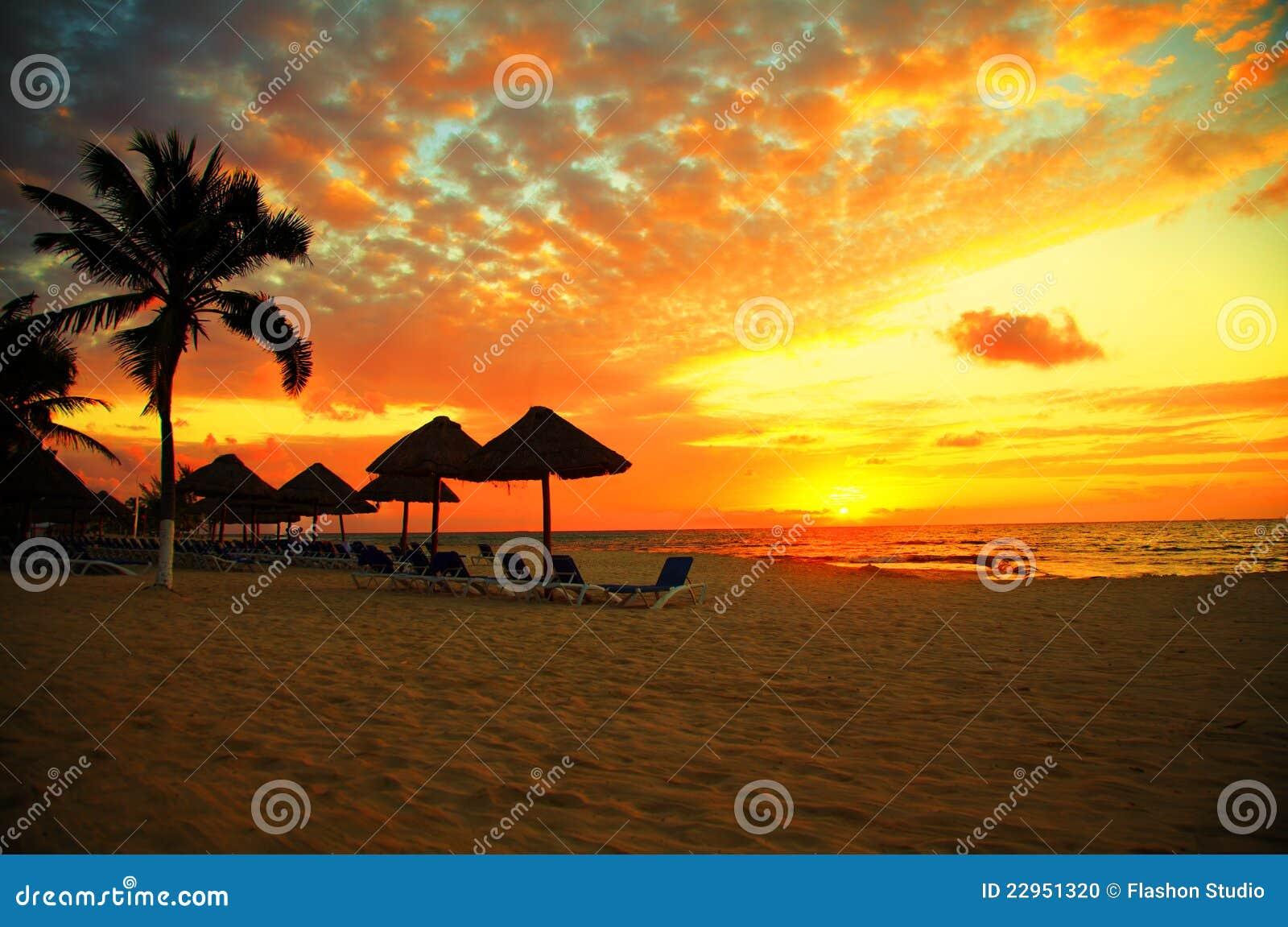 Tropisk solnedgång för strandsemesterortplats