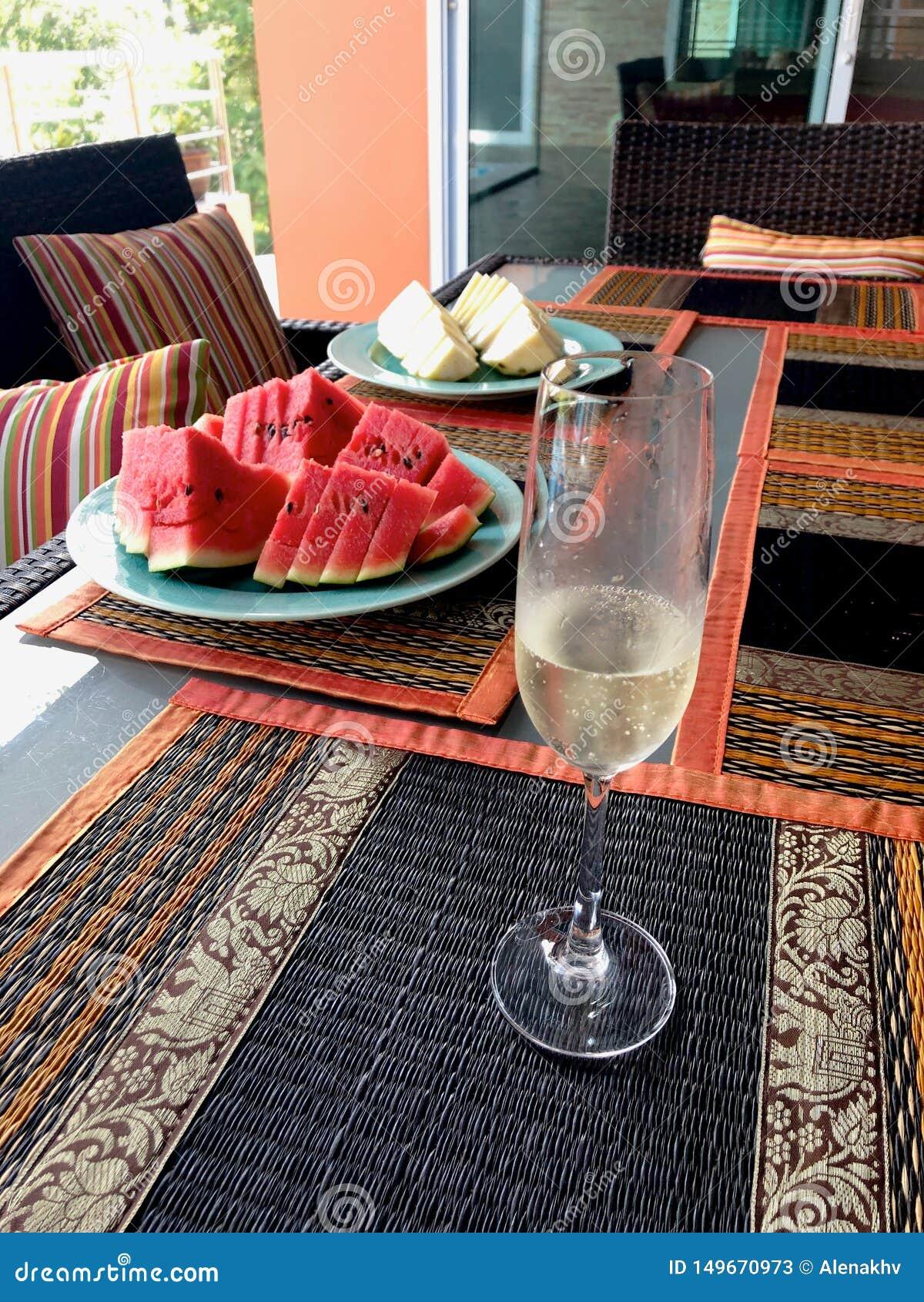 Tropisk tabelluppsättning med frukter och drinkar