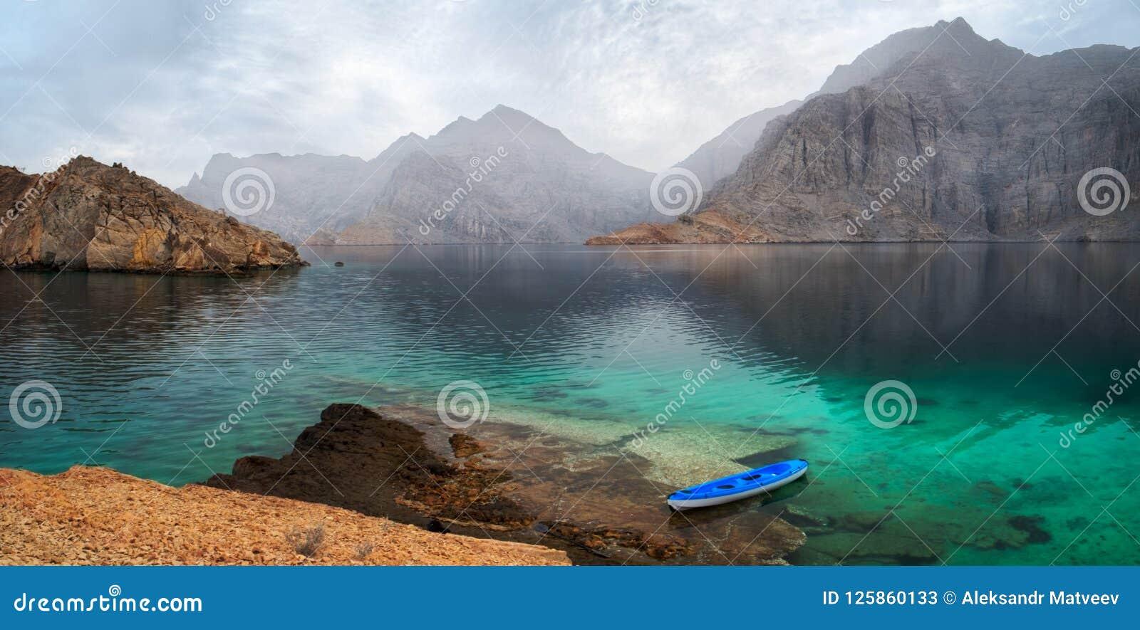 Tropiskt gryninglandskap för hav med berg och fjordar, Oman