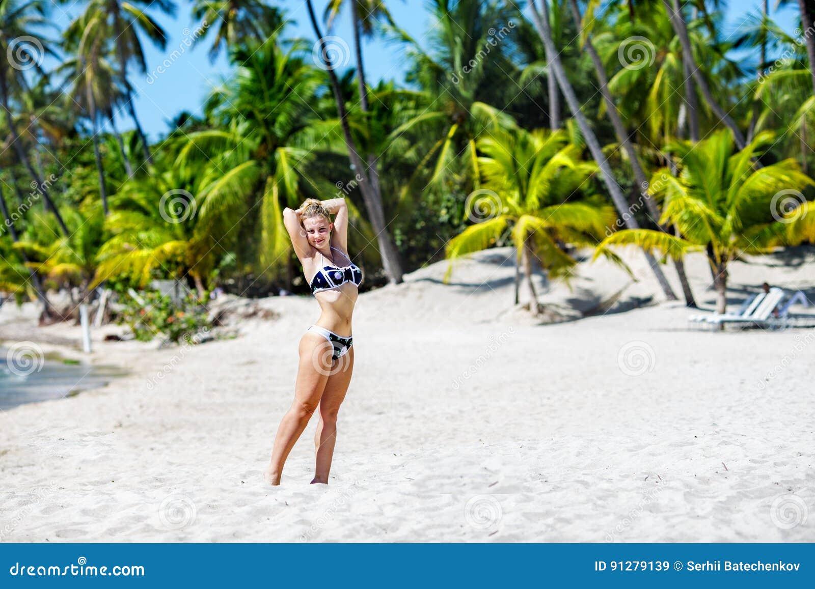 Tropiskt kvinnabarn för strand