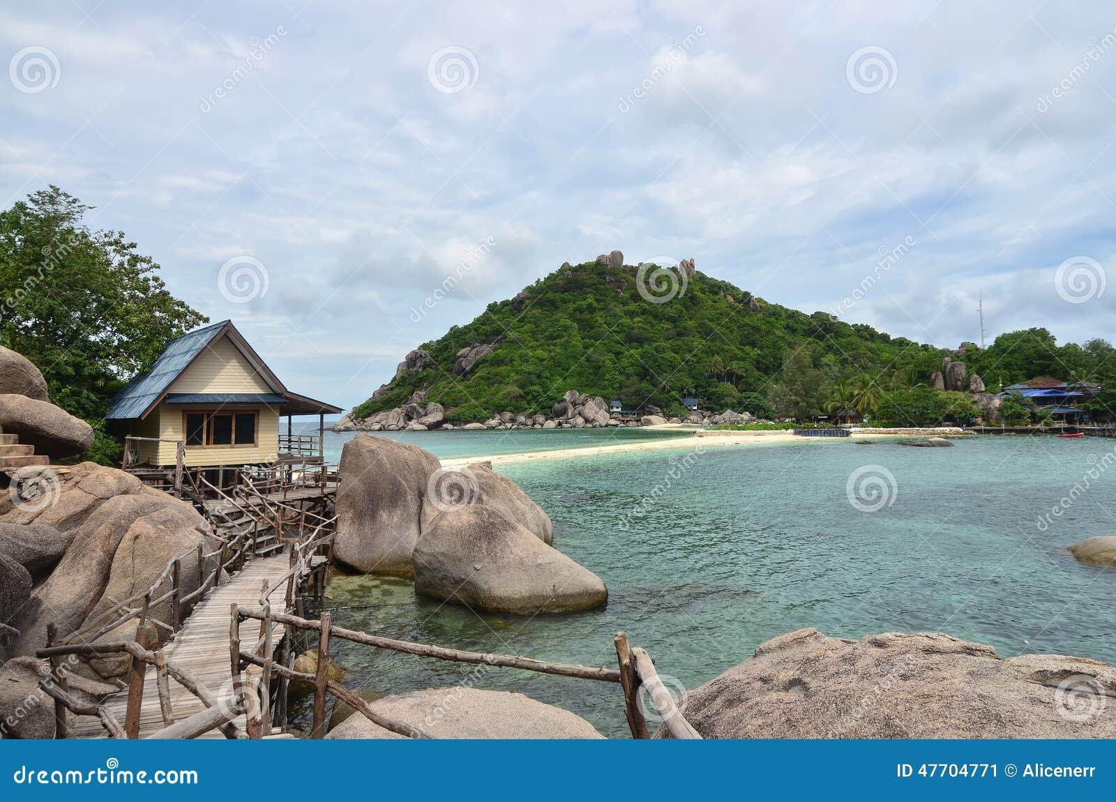 Tropiskt paradis - lagon- och vitsand sätter på land på en liten ö