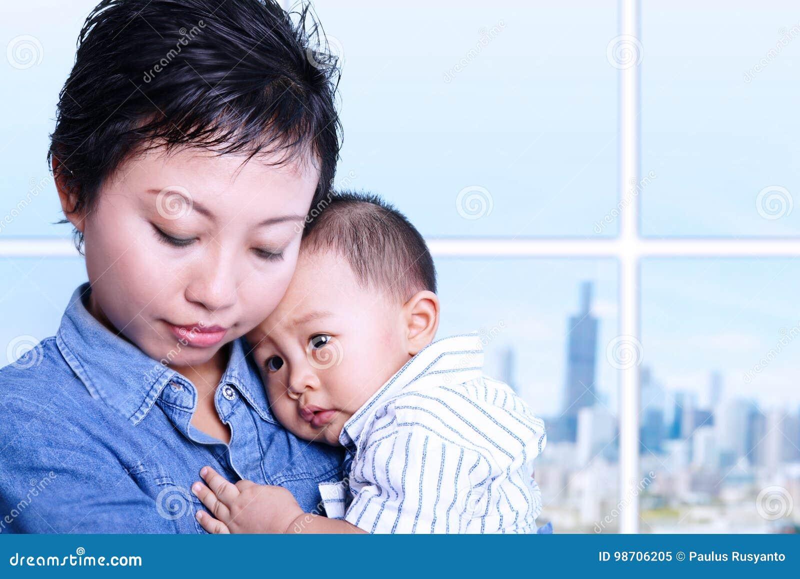 Troskliwy macierzysty karmiący dziecko w biurze