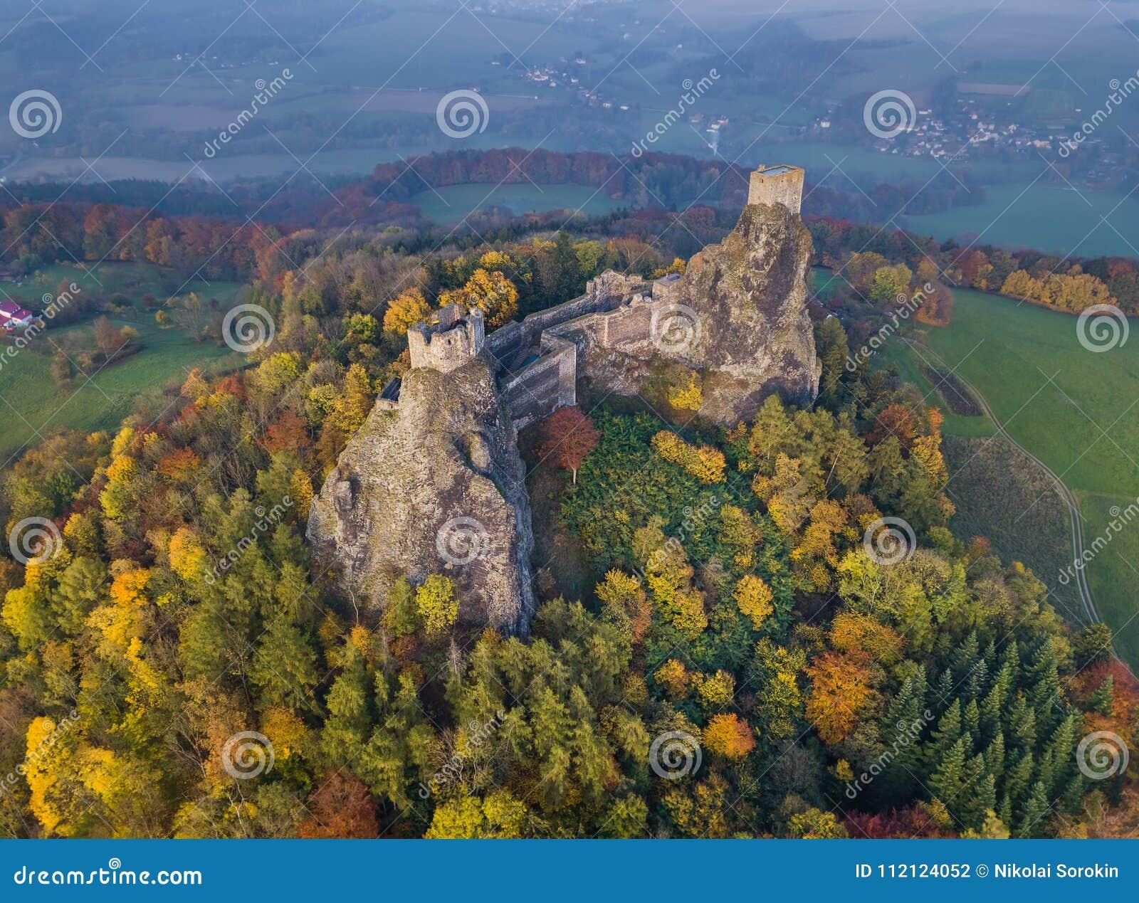 Troskykasteel in het paradijs van Bohemen - Tsjechische republiek - luchtmening