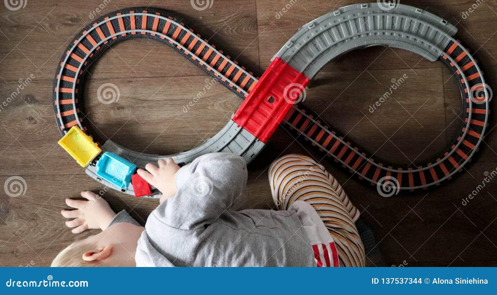 Troszkę bawić się dzieci kolejowych chłopiec Mama ogląda jej syna z góry Dziecko fascynuje pociągiem