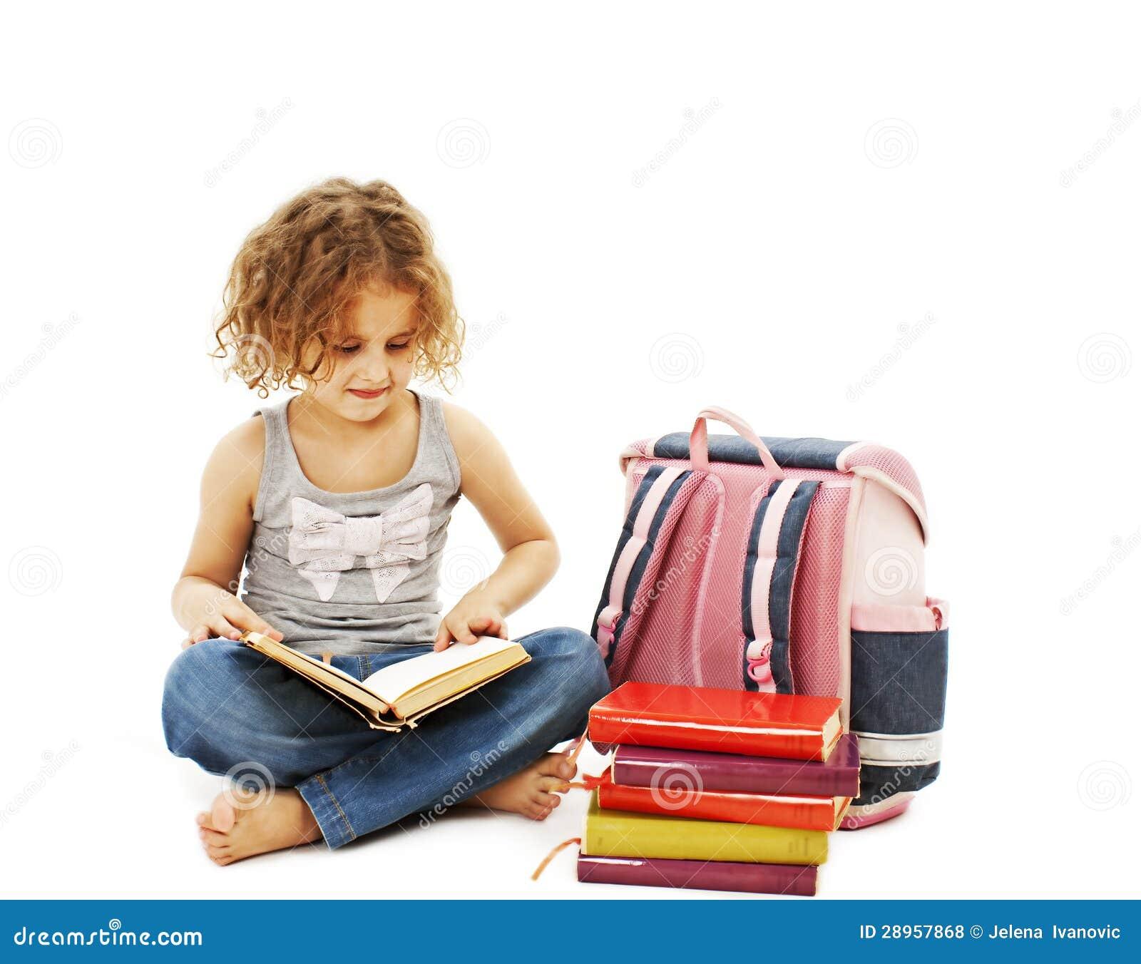 Troszkę dziewczyna czyta książkę na podłoga