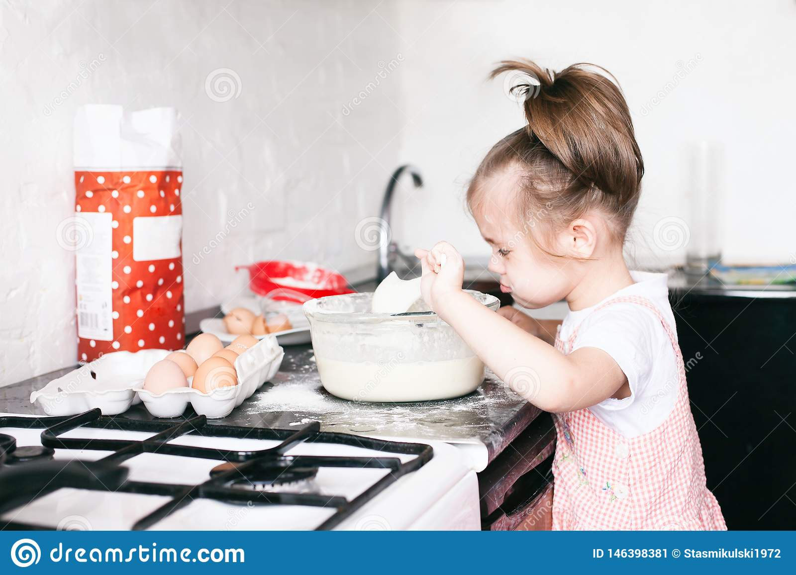 Troszk? ?liczna dziewczyna przygotowywa ciasto w kuchni w domu