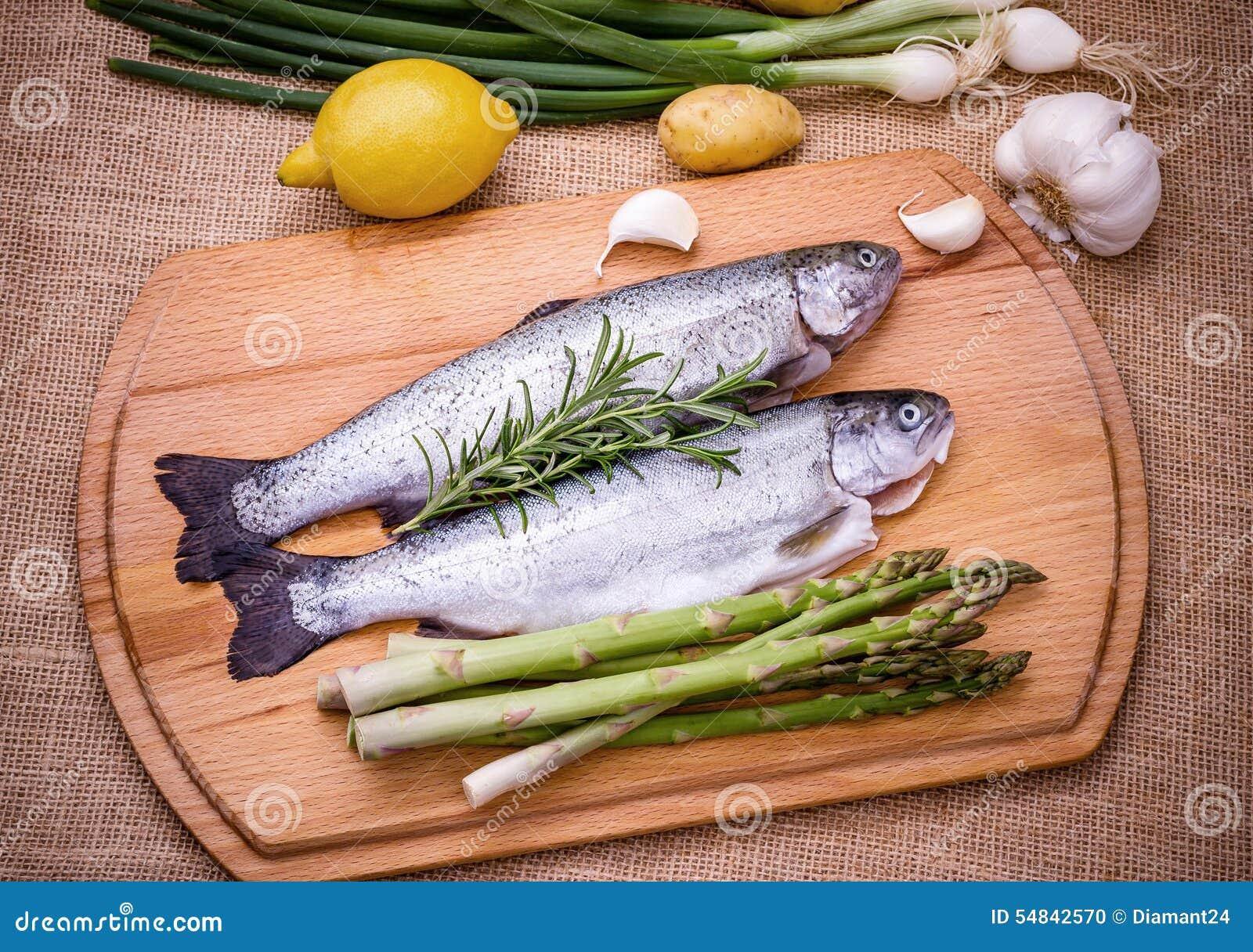 Trota cruda due con asparago, il limone e l aglio verdi