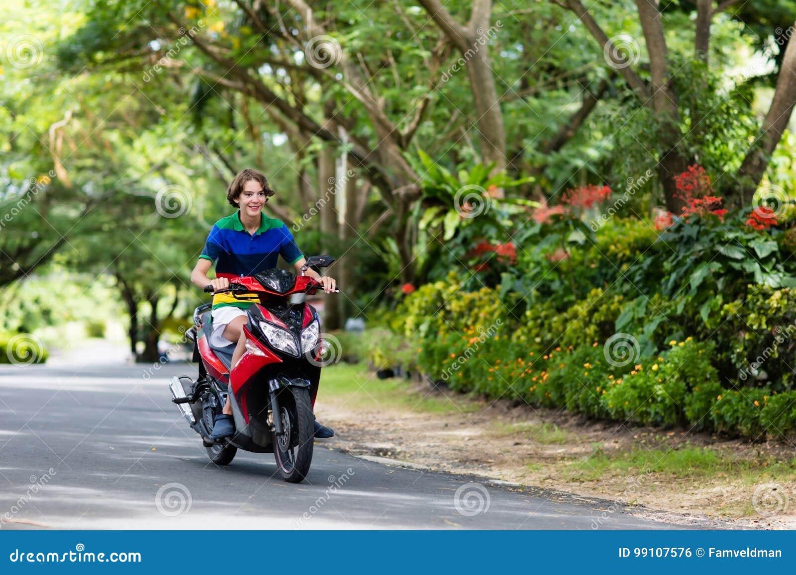 trotinette  da equitação do adolescente Menino na motocicleta