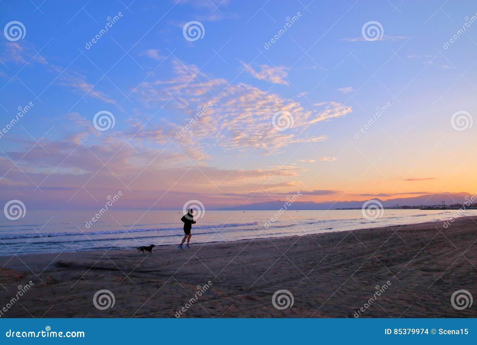 Trotto di sera lungo la spiaggia