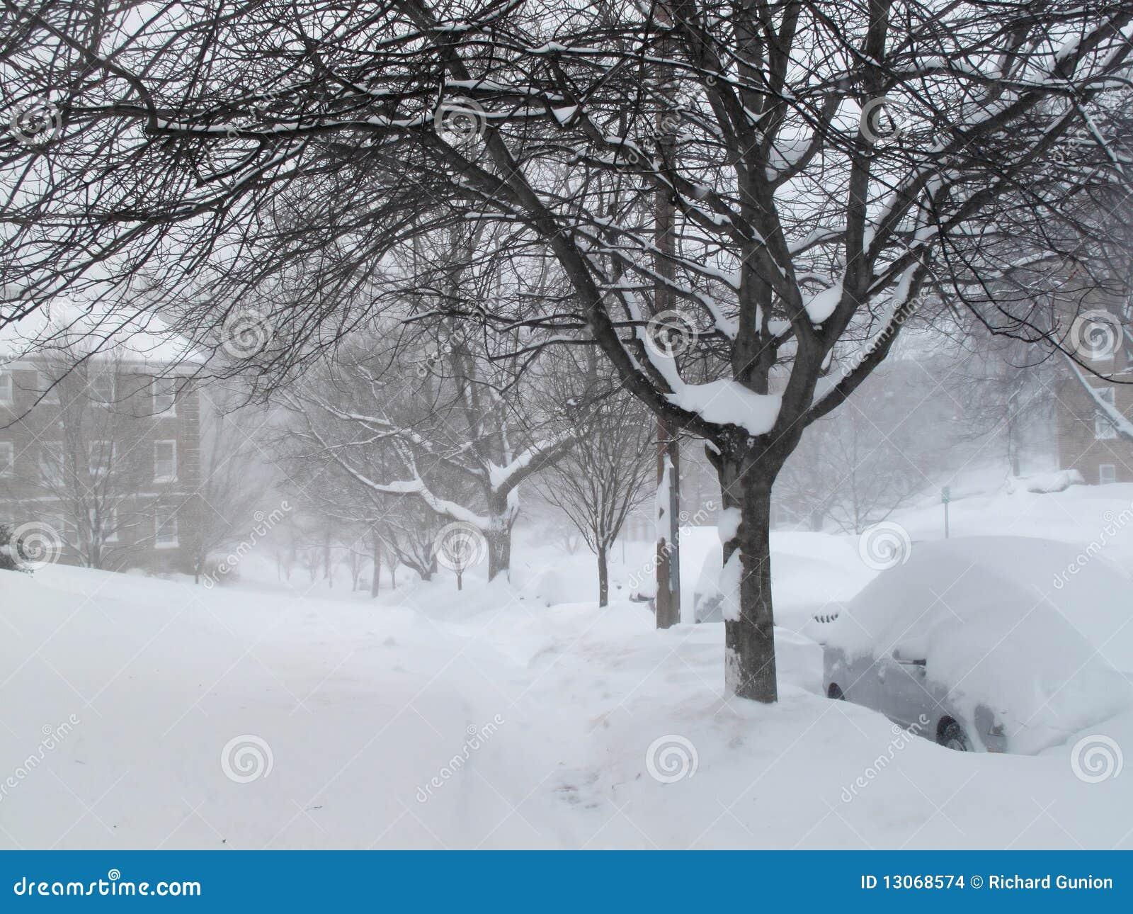 Trottoir de voisinage pendant la tempête de neige