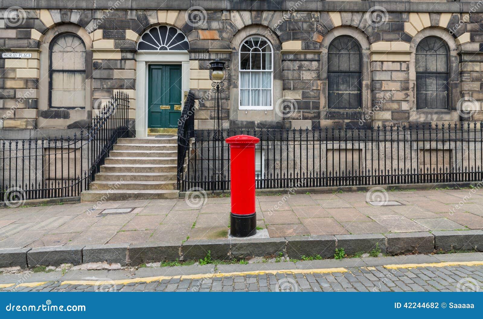 trottoir fa ades et bo te aux lettres britannique rouge typique photo stock image 42244682. Black Bedroom Furniture Sets. Home Design Ideas
