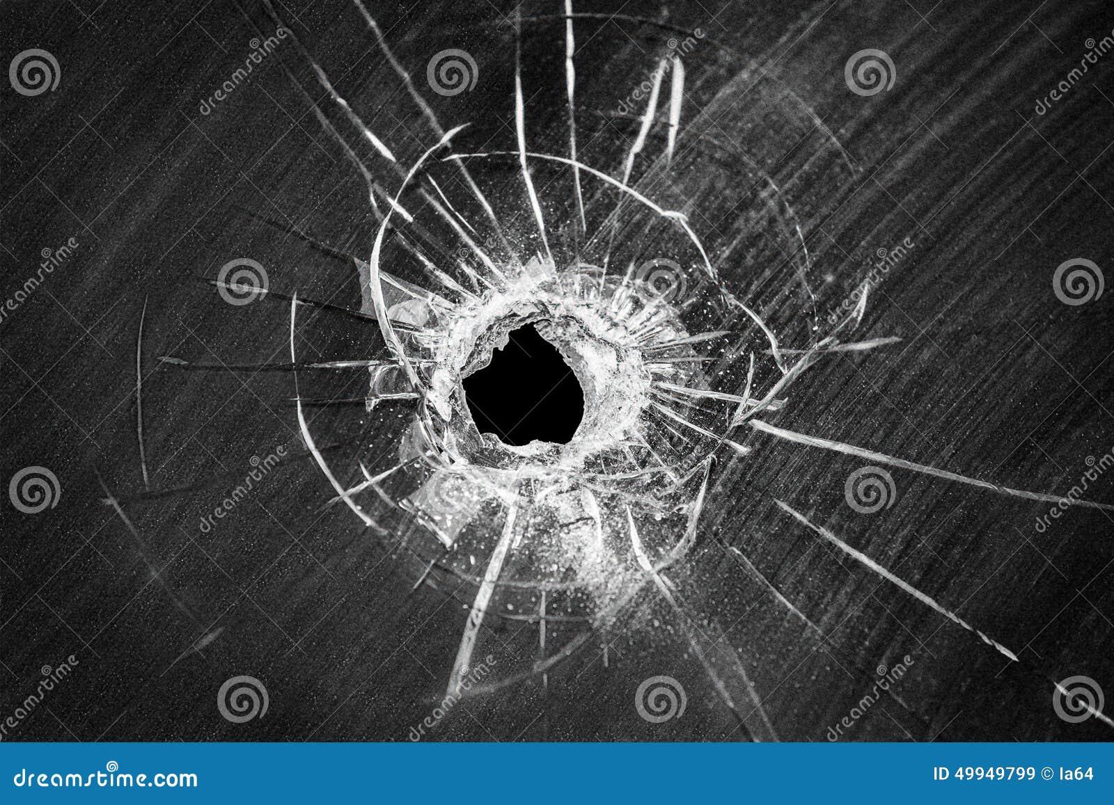 Trou criqué tiré par balle sur le verre de fenêtre cassé