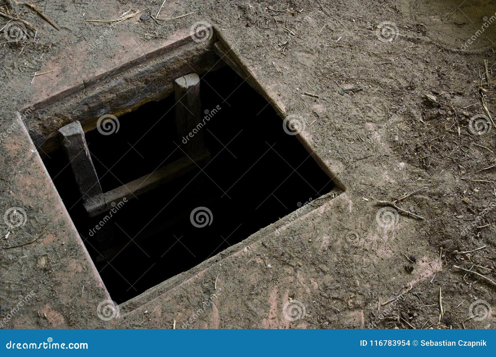 Trou dans le plancher de la vieille maison menant à la cave