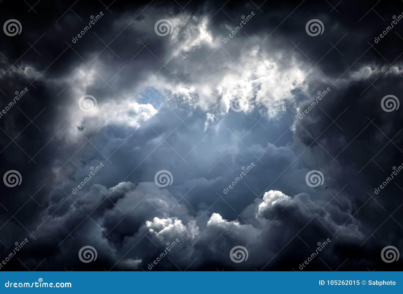 Trou dans les nuages dramatiques