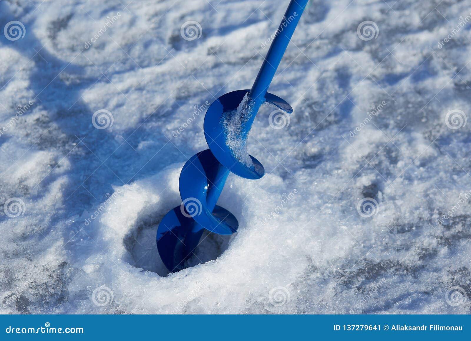 Trou de glace pour la pêche de glace