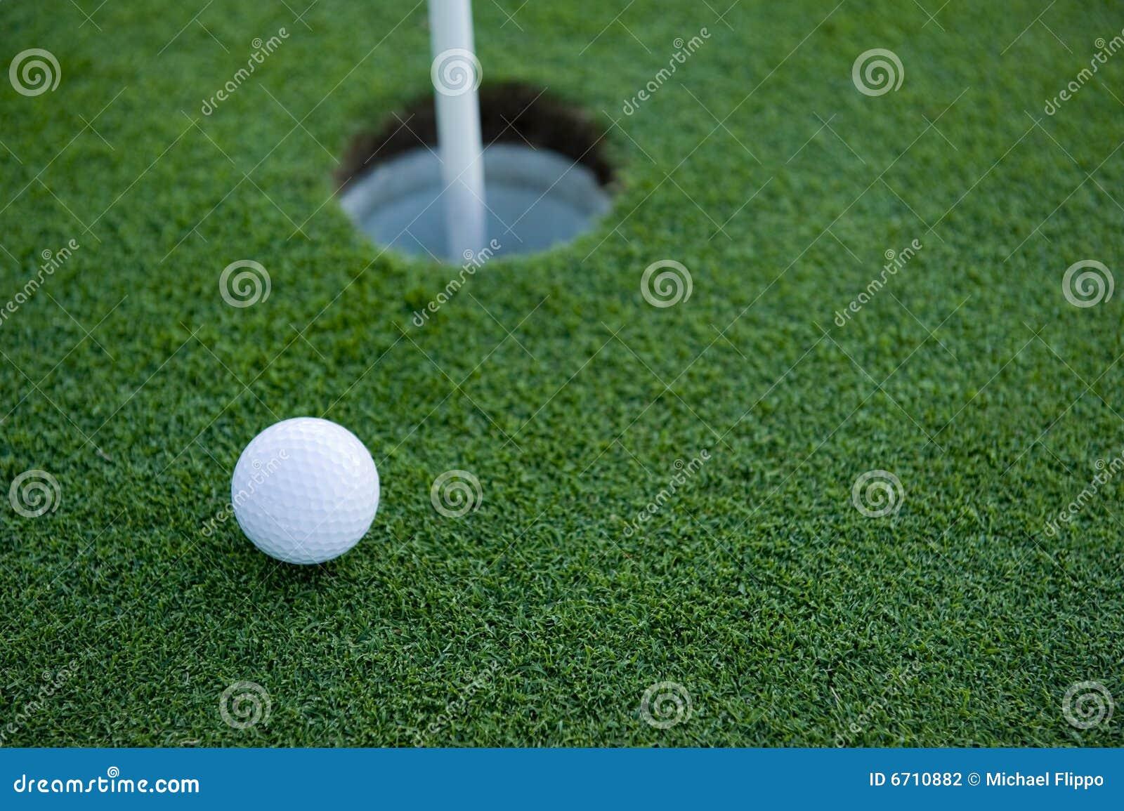 Trou de golf de bille près