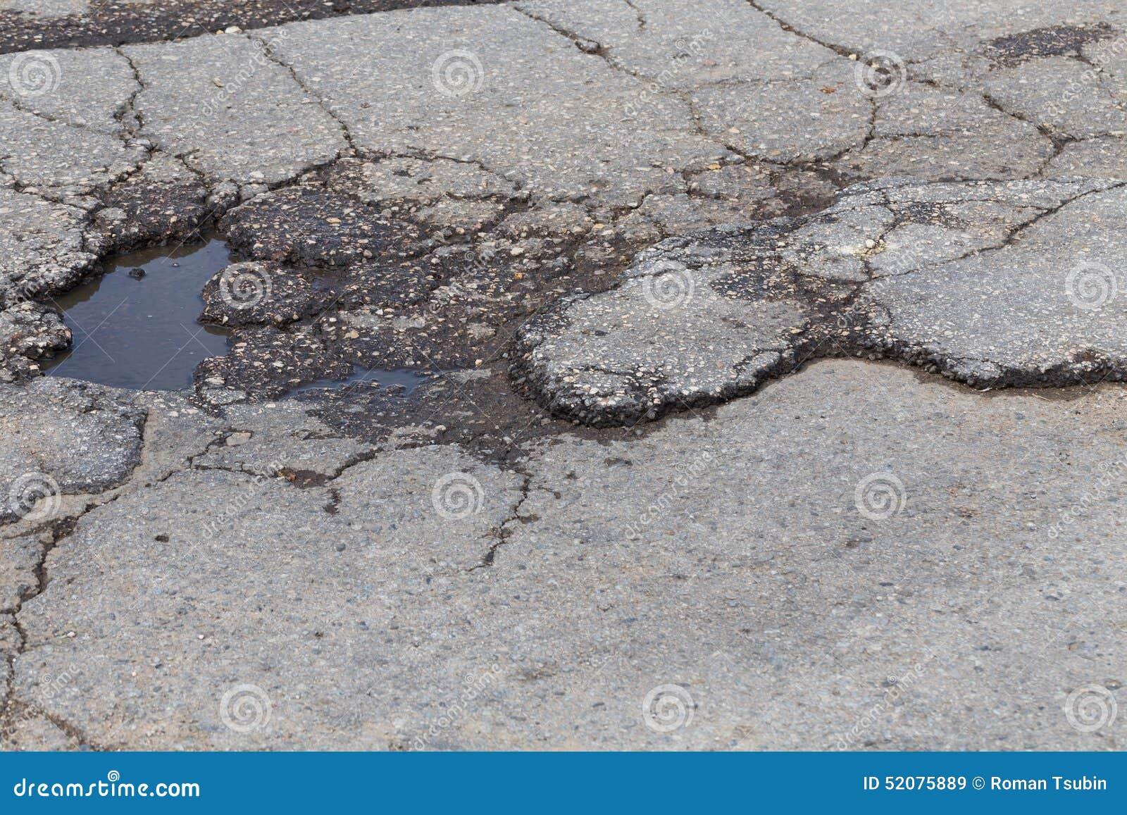 Trou en asphalte de rue
