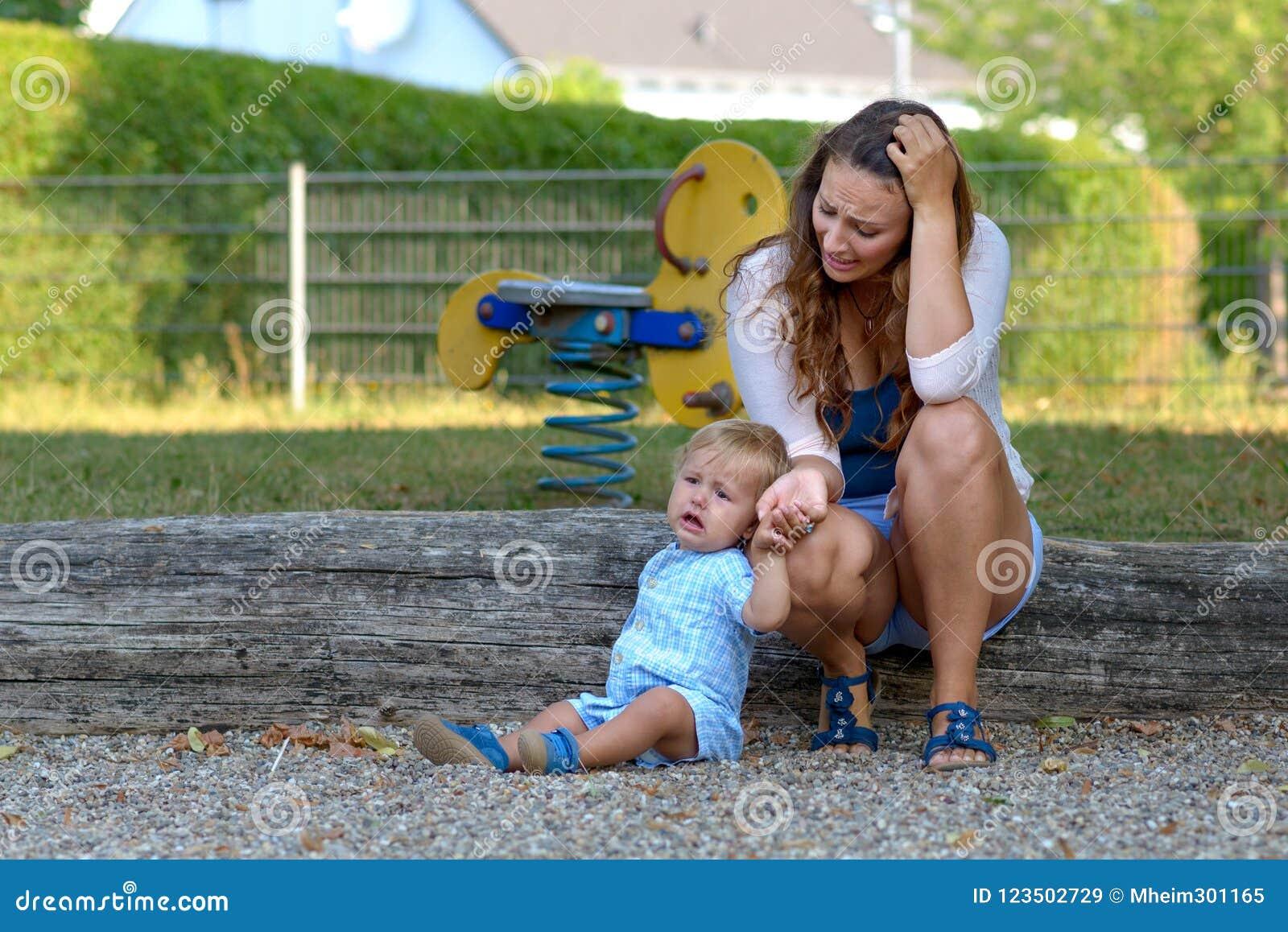 Troubled forçou a mãe nova com seu filho do bebê