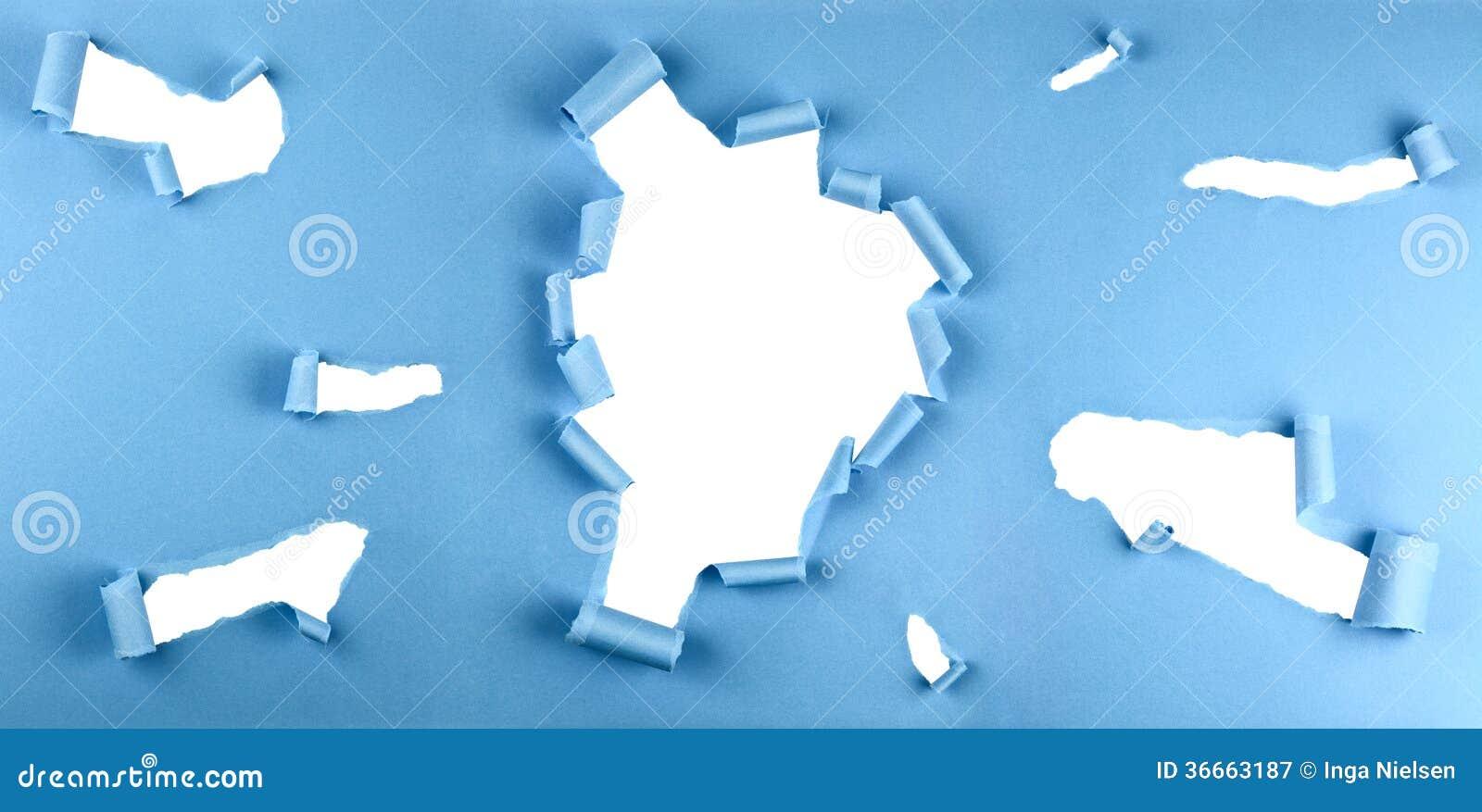 Trous déchirés en papier bleu