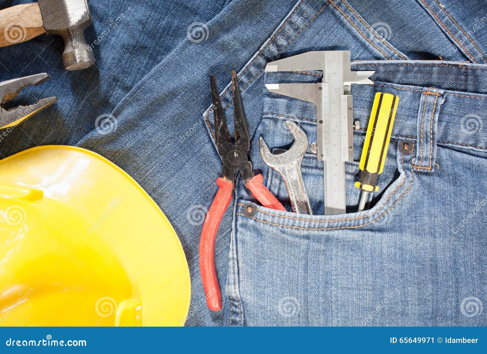 Trousse à outils dans la poche de treillis