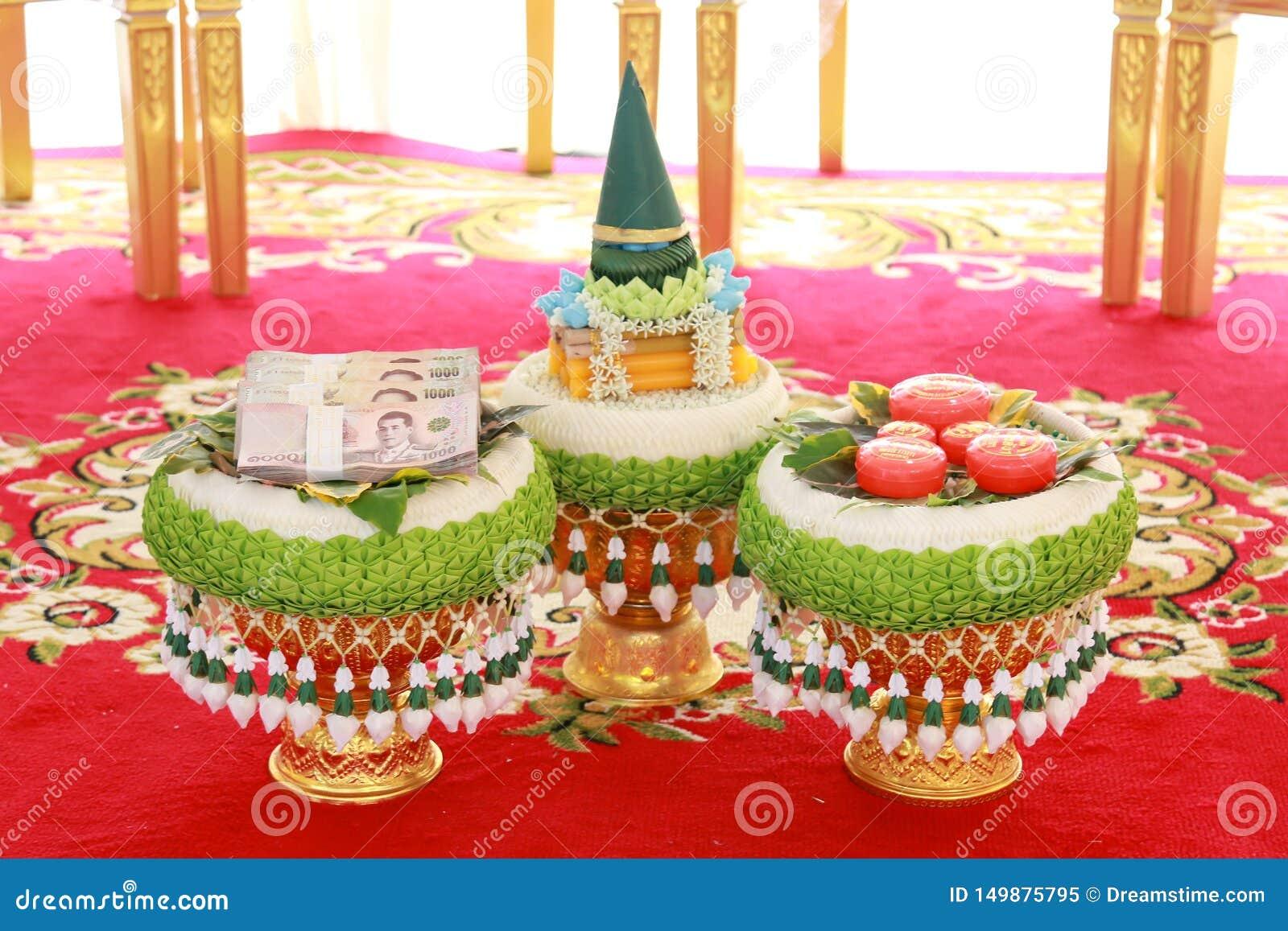 Trouwring en bruid` s prijs of bruidsschat in Thaise huwelijksceremonie