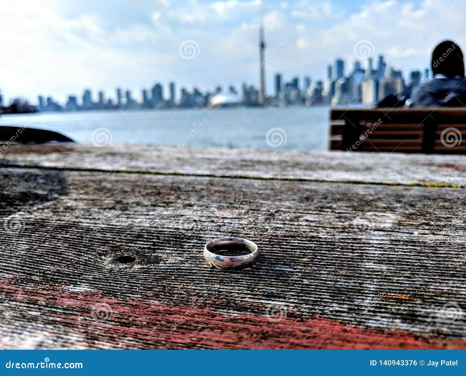 Trouwring op een lijst die de horizon van Toronto onder ogen zien