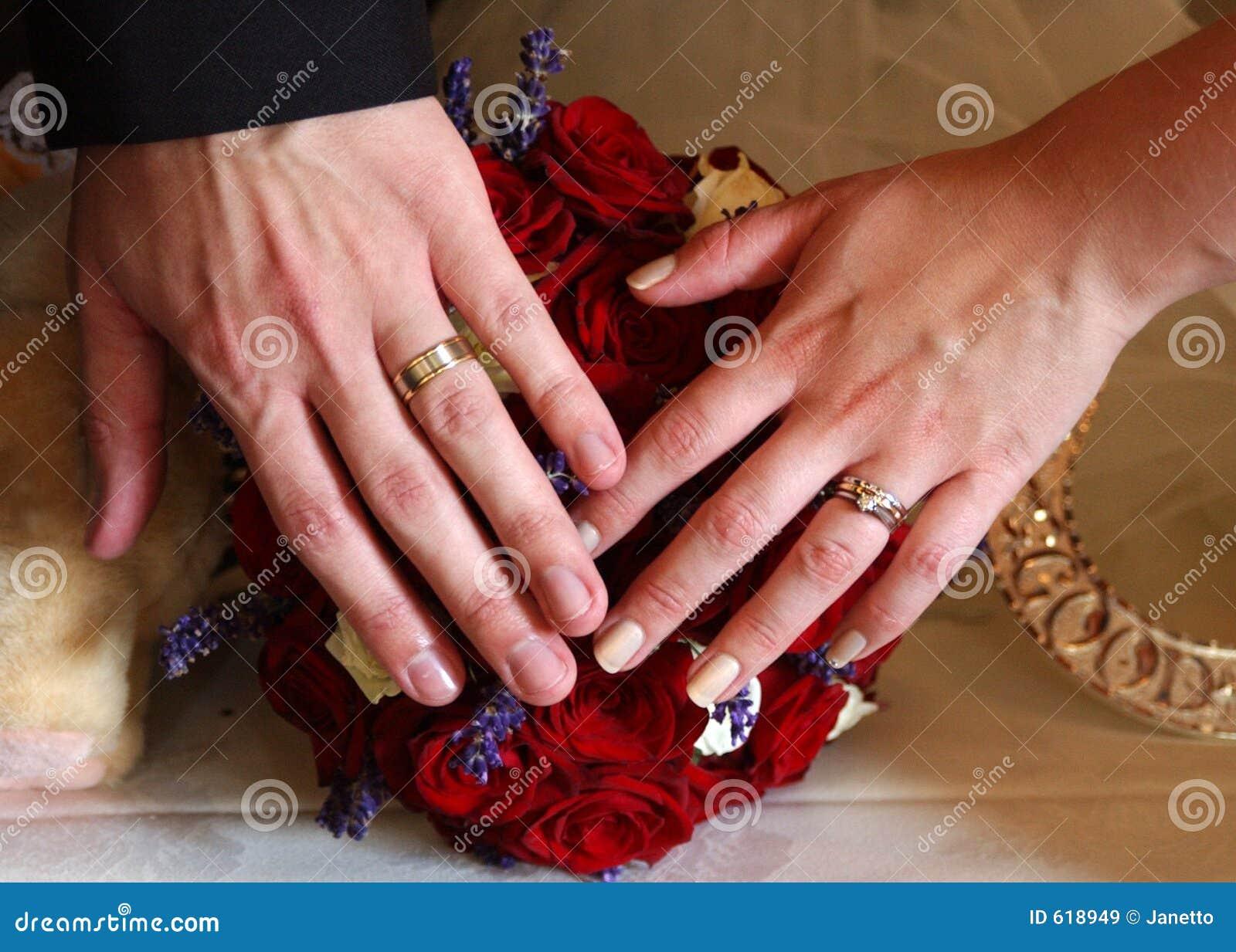 Trouwringen en handen 3