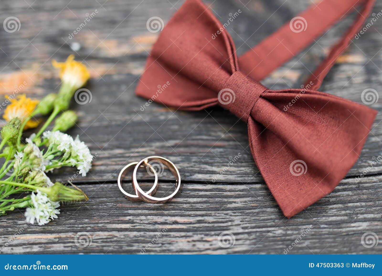 Trouwringen op de bruidegomband