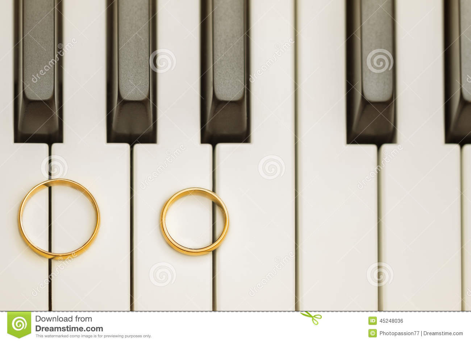 Trouwringen Op Piano Stock Foto Afbeelding Bestaande Uit Verjaardag