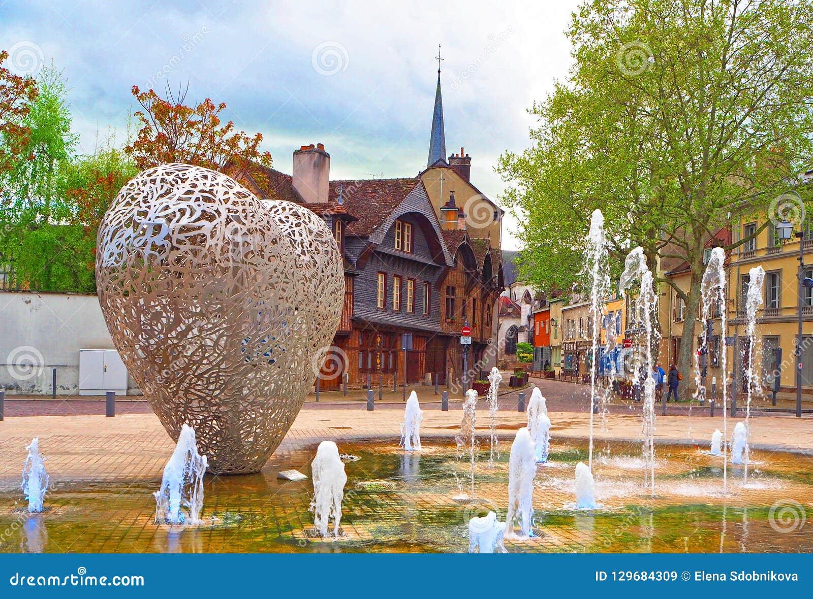 TROYES, FRANÇA - EM ABRIL DE 2017: Monumento no espírito da modernidade - um coração feito das partes 'de Le de aço Coeur de Troy