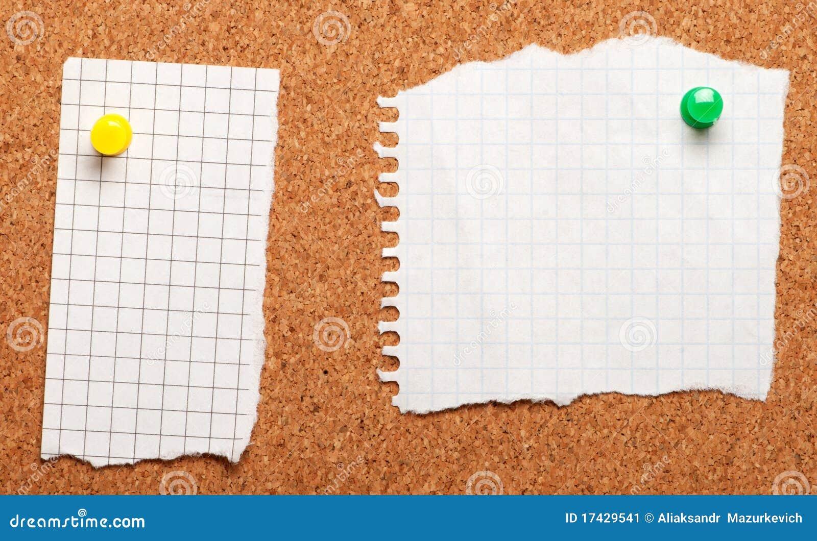 Trozo de papel en una tarjeta del corcho imagen de archivo - Corcho para fotos ...