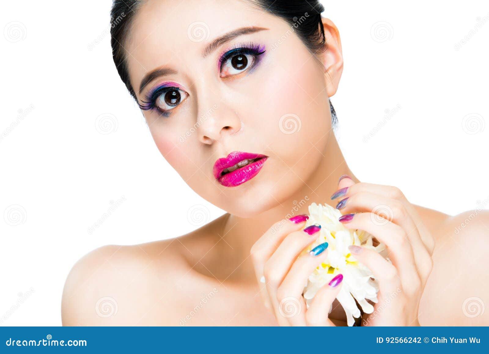 Trucco attraente della ragazza con rossetto